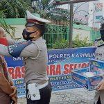 Satlantas Polres Karimun Bagikan Masker dan Stiker ke Pengendara